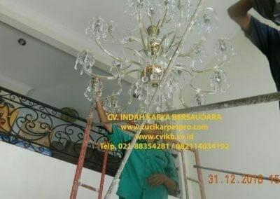 cuci-lampu-kristal-ibu-donda-28