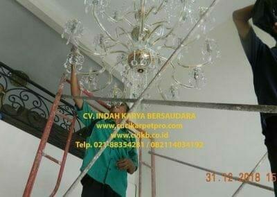cuci-lampu-kristal-ibu-donda-29