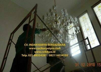 cuci-lampu-kristal-ibu-donda-30