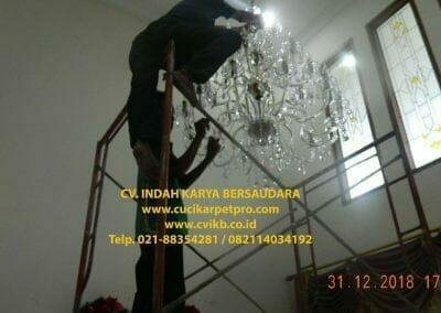 cuci-lampu-kristal-ibu-donda-32
