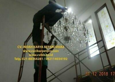 cuci-lampu-kristal-ibu-donda-33
