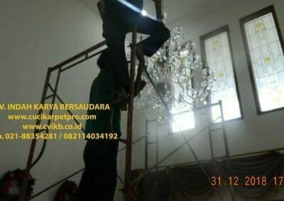 cuci-lampu-kristal-ibu-donda-35