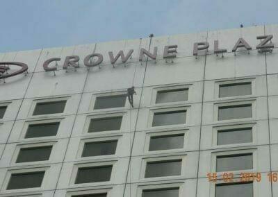 pembersih-kaca-gedung-hotel-crowne-plaza-jakarta-01