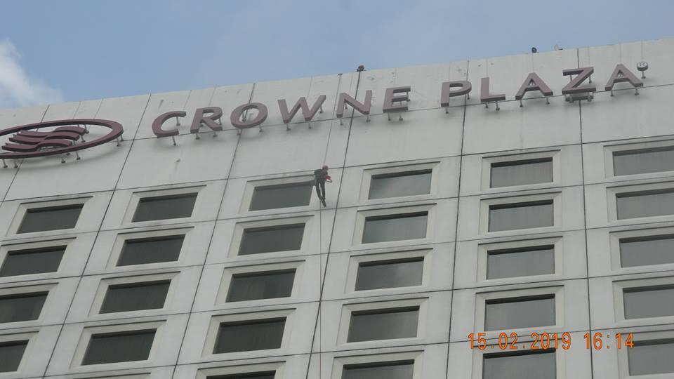 Pembersih Kaca Gedung Hotel Crowne Plaza Jakarta