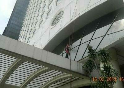pembersih-kaca-gedung-hotel-crowne-plaza-jakarta-15