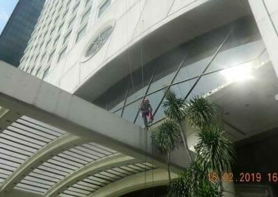 pembersih-kaca-gedung-hotel-crowne-plaza-jakarta-17