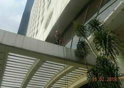 pembersih-kaca-gedung-hotel-crowne-plaza-jakarta-24