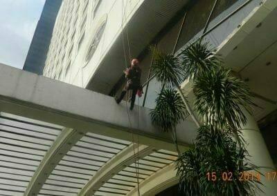 pembersih-kaca-gedung-hotel-crowne-plaza-jakarta-25