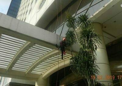 pembersih-kaca-gedung-hotel-crowne-plaza-jakarta-26
