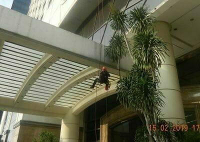 pembersih-kaca-gedung-hotel-crowne-plaza-jakarta-27