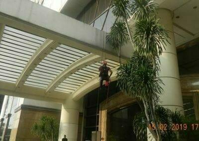 pembersih-kaca-gedung-hotel-crowne-plaza-jakarta-28