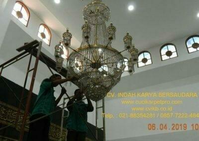 cuci-lampu-kristal-masjid-nurul-falah-01