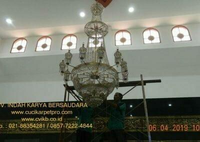 cuci-lampu-kristal-masjid-nurul-falah-02
