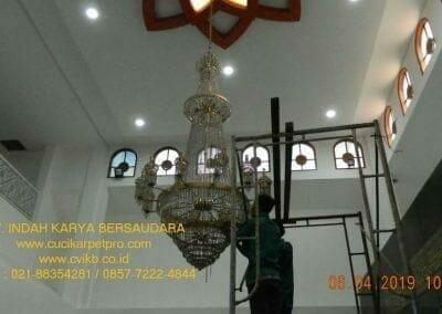 cuci-lampu-kristal-masjid-nurul-falah-03