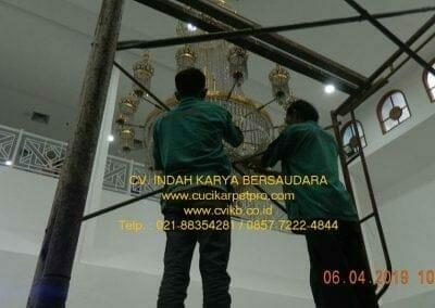 cuci-lampu-kristal-masjid-nurul-falah-04