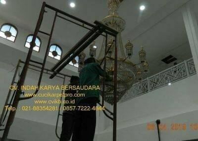 cuci-lampu-kristal-masjid-nurul-falah-05