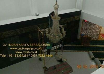 cuci-lampu-kristal-masjid-nurul-falah-06