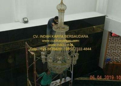 cuci-lampu-kristal-masjid-nurul-falah-07