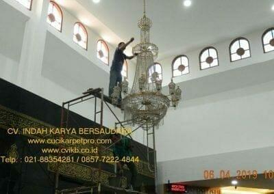 cuci-lampu-kristal-masjid-nurul-falah-08
