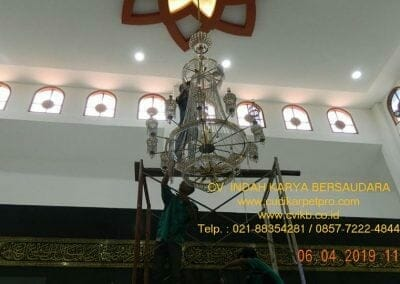 cuci-lampu-kristal-masjid-nurul-falah-09