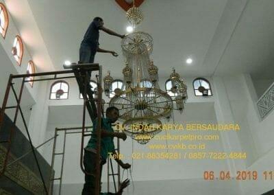 cuci-lampu-kristal-masjid-nurul-falah-10
