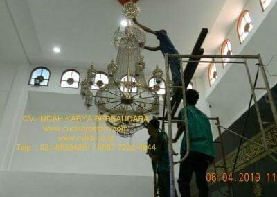cuci-lampu-kristal-masjid-nurul-falah-11