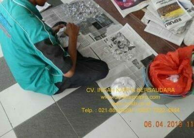cuci-lampu-kristal-masjid-nurul-falah-13