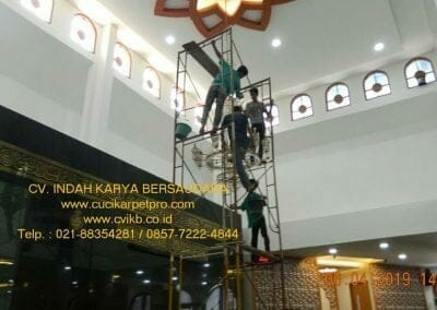 cuci-lampu-kristal-masjid-nurul-falah-15