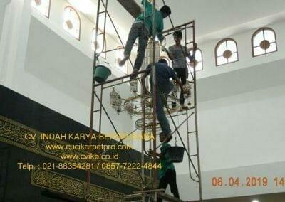 cuci-lampu-kristal-masjid-nurul-falah-16