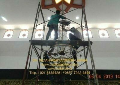 cuci-lampu-kristal-masjid-nurul-falah-17