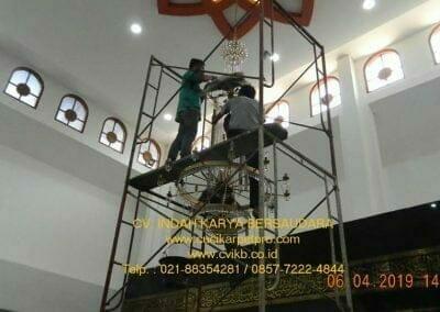 cuci-lampu-kristal-masjid-nurul-falah-18