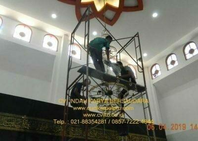 cuci-lampu-kristal-masjid-nurul-falah-19