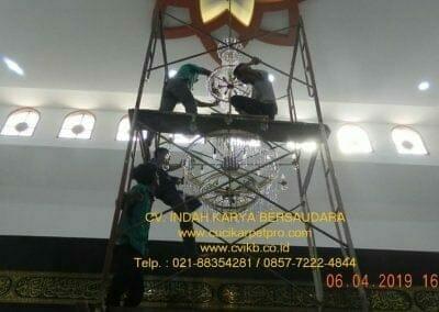 cuci-lampu-kristal-masjid-nurul-falah-20