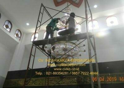 cuci-lampu-kristal-masjid-nurul-falah-21