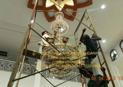 cuci-lampu-kristal-masjid-nurul-falah-22
