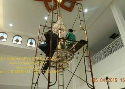 cuci-lampu-kristal-masjid-nurul-falah-23