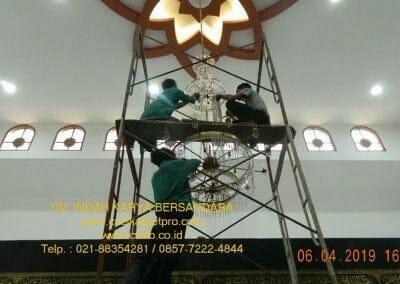 cuci-lampu-kristal-masjid-nurul-falah-24