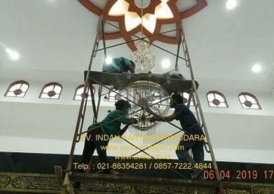 cuci-lampu-kristal-masjid-nurul-falah-26
