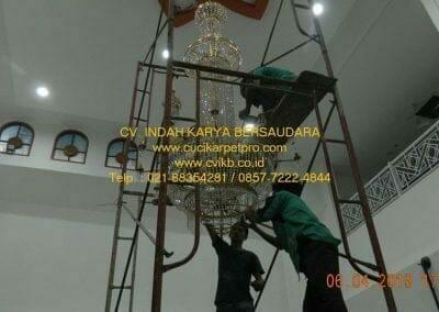 cuci-lampu-kristal-masjid-nurul-falah-27