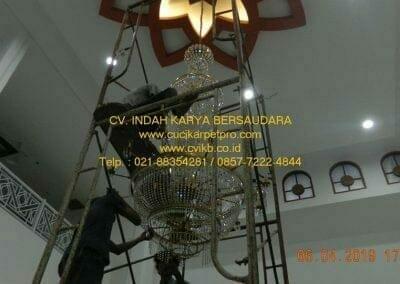 cuci-lampu-kristal-masjid-nurul-falah-29