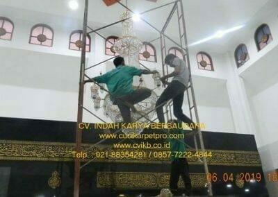 cuci-lampu-kristal-masjid-nurul-falah-30