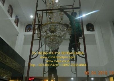 cuci-lampu-kristal-masjid-nurul-falah-31