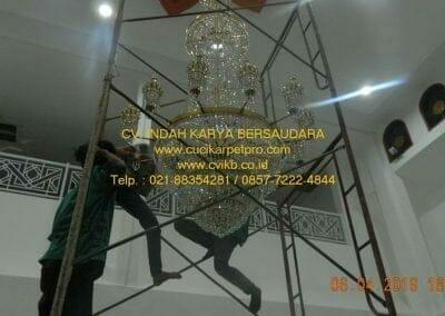 cuci-lampu-kristal-masjid-nurul-falah-32