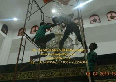 cuci-lampu-kristal-masjid-nurul-falah-33