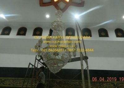 cuci-lampu-kristal-masjid-nurul-falah-34