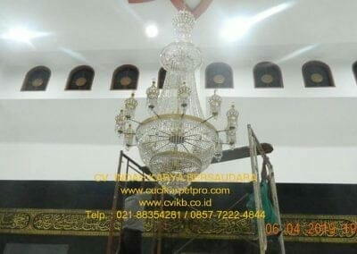 cuci-lampu-kristal-masjid-nurul-falah-35