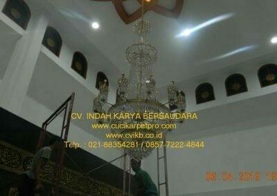 cuci-lampu-kristal-masjid-nurul-falah-36