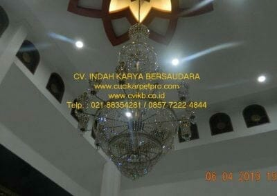 cuci-lampu-kristal-masjid-nurul-falah-37