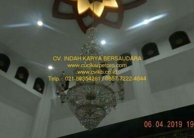 cuci-lampu-kristal-masjid-nurul-falah-38