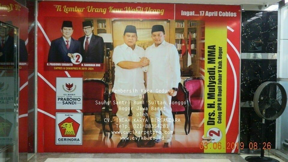 Pembersih Kaca Gedung Di Saung Santri Bumi Sultan Jonggol